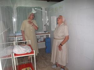 Misijonarki s. Vesna Hiti in s. Bogdana Kavčič se veselita obnovljenih porodnišničnih prostorov v Mukungu v Ruandi.