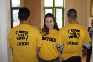 mladi-iz-alleskinca-so-si-natisnili-tudi-majice-s-sloganom-projekta-korak-za-korakom