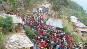Razdeljevalno mesto Karitas Nepal za pomoč s potresom prizadetim ljudem v kraju Laharepauwa, okrožje Rasuwa
