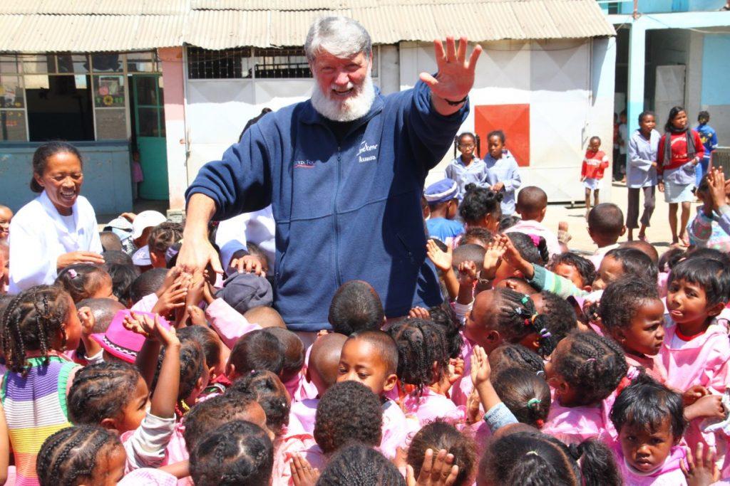Peter Opeka z otroki