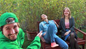 Utrinek s snemanja Z 0.0. - mladi se smejejo